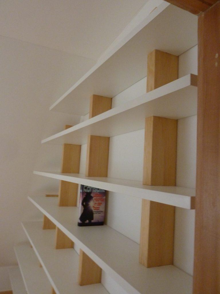 Asymmetrisches Medienregal unter Dachschräge 2
