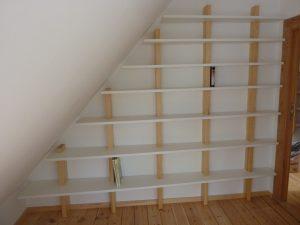 Asymmetrisches Medienregal unter Dachschräge 1